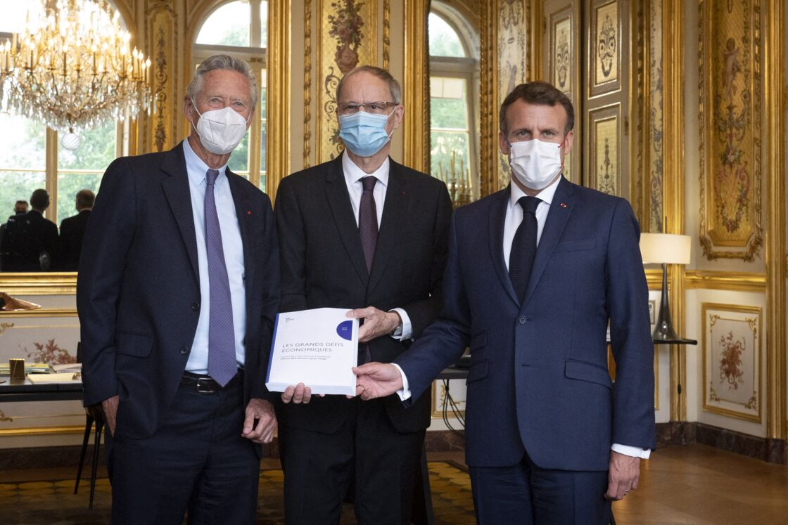 Jean Tirole et Olivier Blanchard remettent leur rapport à Emmanuel Macron le 23 juin 2021.