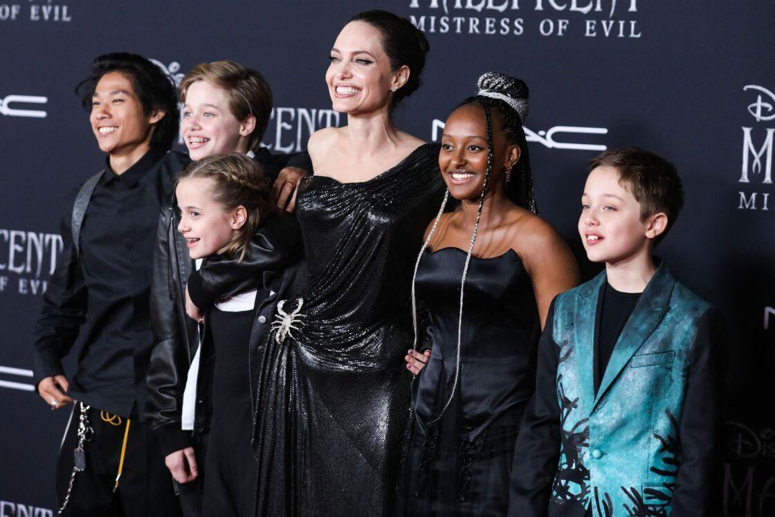Angelina Jolie entourée de ses enfants Pax, Shiloh, Vivienne, Zahara et Knox, à Los Angeles, le 30 septembre 2019