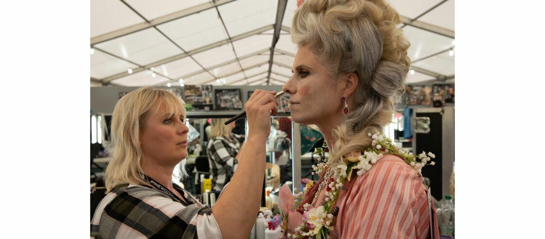 Une des assistantes de Nadia Stacey, la maquilleuse-en-cheffe, en plein travail sur le tournage du film Cruella.
