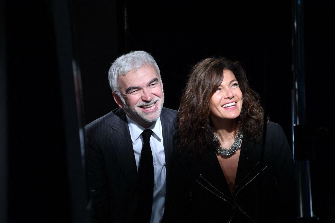 Pascal Praud et sa compagne Catherine prennent la pose, lors de la clôture du Festival de cinéma et de musique de film de La Baule, ce samedi 26 juin 2021.