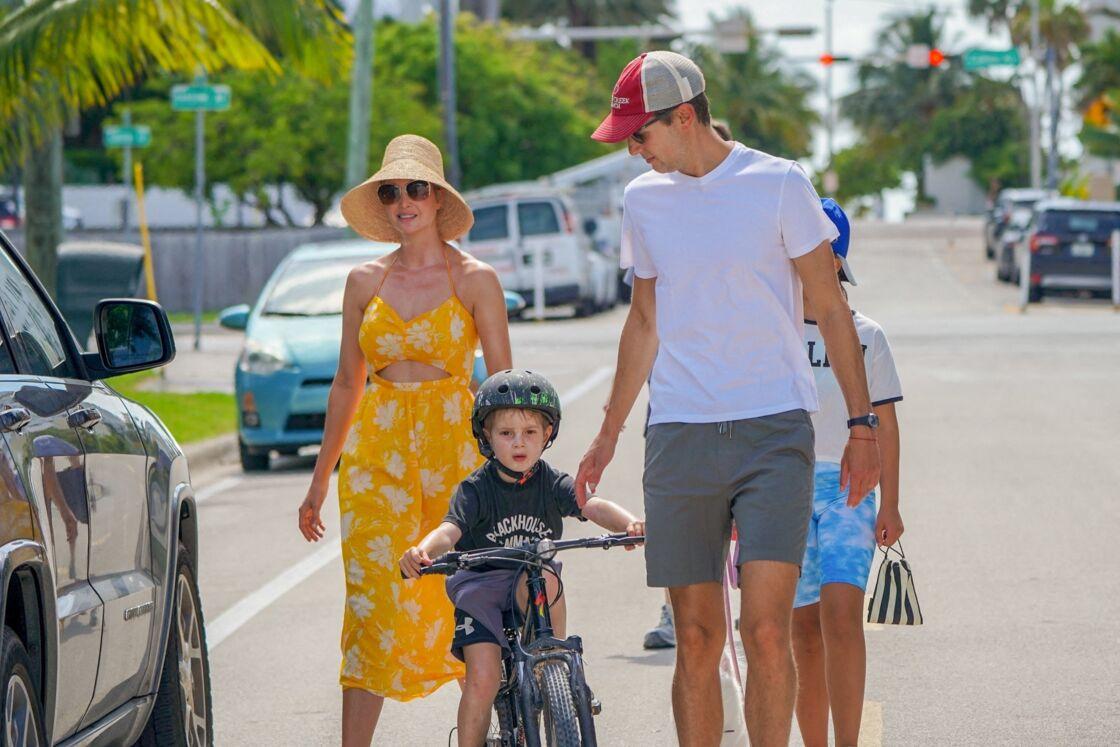 Ivanka Trump passe un moment avec ses enfants à la piscine après l'école à Miami le 10 février 2021.