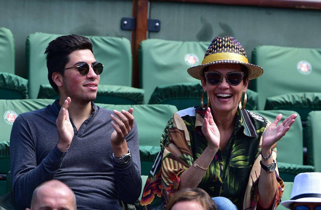 Cristina Cordula et son fils Enzo toujours plus complices dans les gradins de Roland Garros, à Paris, le 3 juin 2015.