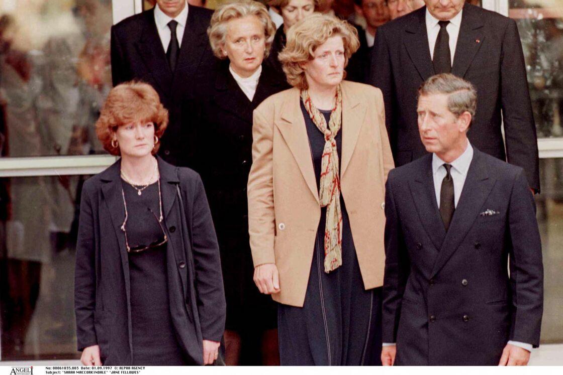 Lady Jane et Lady Sarah aux côtés du prince Charles en France juste après la mort de Lady Diana