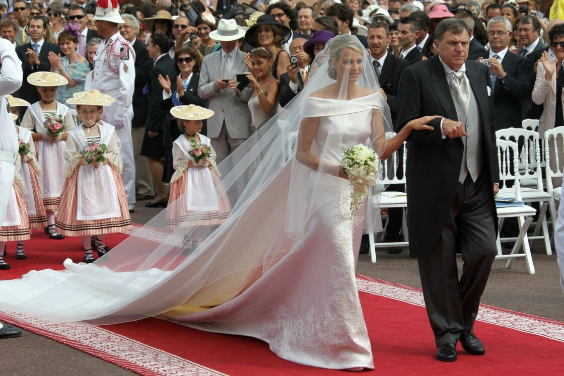 Charlene de Monaco s'est mariée en Armani avec une traine de 5 mètres de long