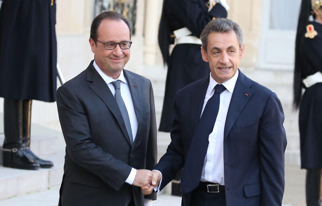 François Hollande reçoit son prédécesseur Nicolas Sarkozy au palais de l'Elysée, suite aux attentats terroristes, à Paris, le 15 novembre 2015.