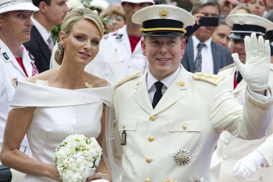 Charlene de Monaco dans sa robe de mariée blanche signée Armani et dotée de 40 000 cristaux Swarovski et de 30 000 perles dorées.