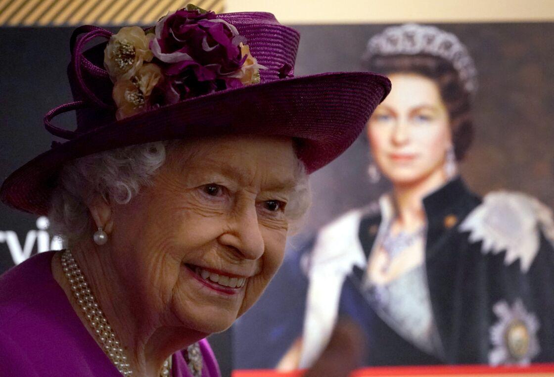 La reine Elizabeth II dévoile une plaque au nouveau musée nouveau Argyll and Sutherland Highlanders au château de Stirling, en Ecosse, le 29 juin 2021.