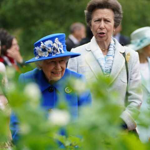PHOTOS – Elizabeth II toute pimpante avec sa fille la princesse Anne: des sourires qui ravissent