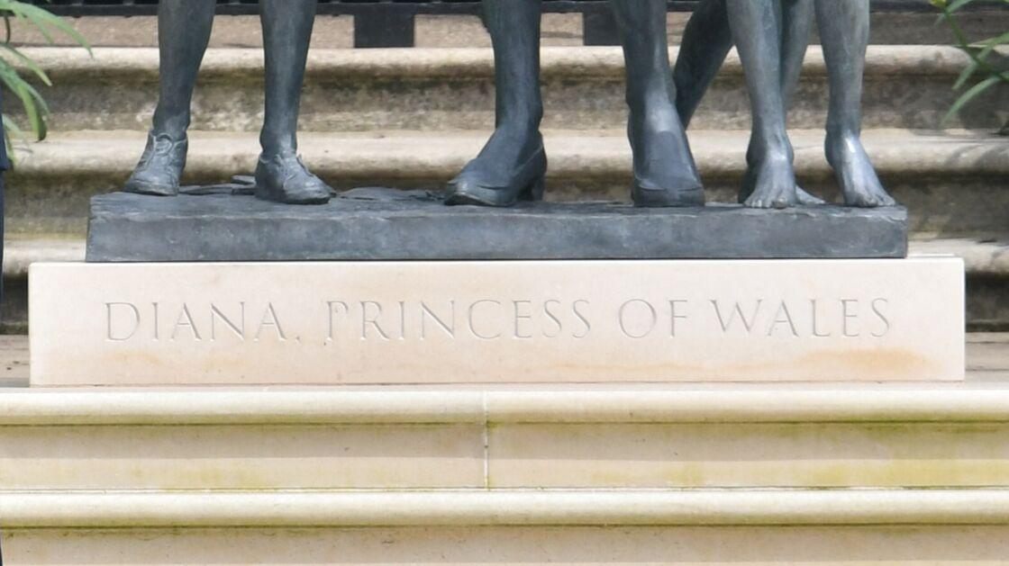 Sur le socle de la statue à l'effigie de Diana est inscrit Diana, princess of Wales, mais également la date du jour de son inauguration.