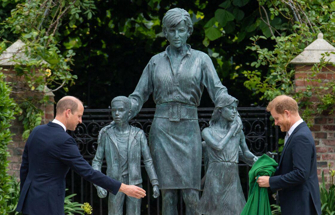 Le prince William et son frère Le prince Harry, duc de Sussex inaugurent la statue de leur mère, la princesse Diana dans les jardins de Kensington Palace à Londres, le 1er juillet 2021.
