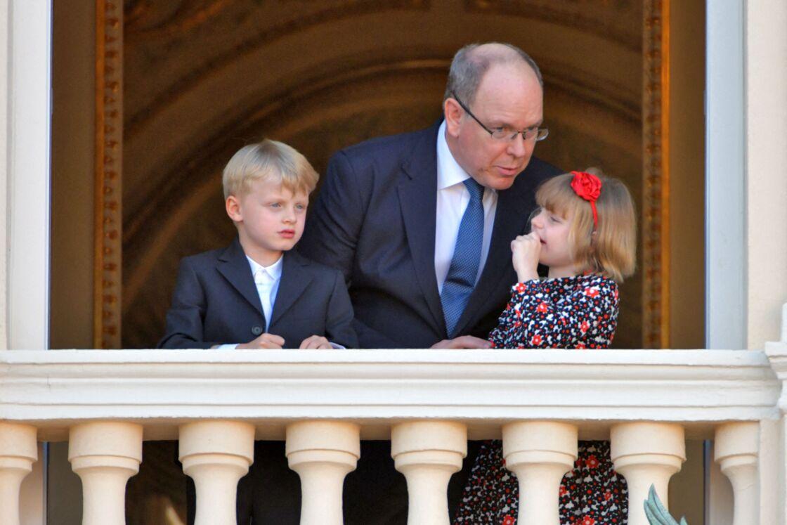 Le prince Albert II de Monaco et ses enfants le prince héréditaire Jacques et la princesse Gabriella - Le prince Albert II de Monaco et ses enfants assistent depuis le balcon du palais à la célébration de la Fête Dieu à Monaco le 3 juin 2021