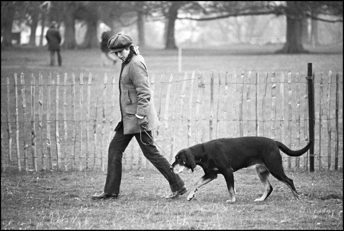 La princesse Anne d'Angleterre en compagnie de son chien, le temps d'une balade à Badminton, le 25 avril 1977.
