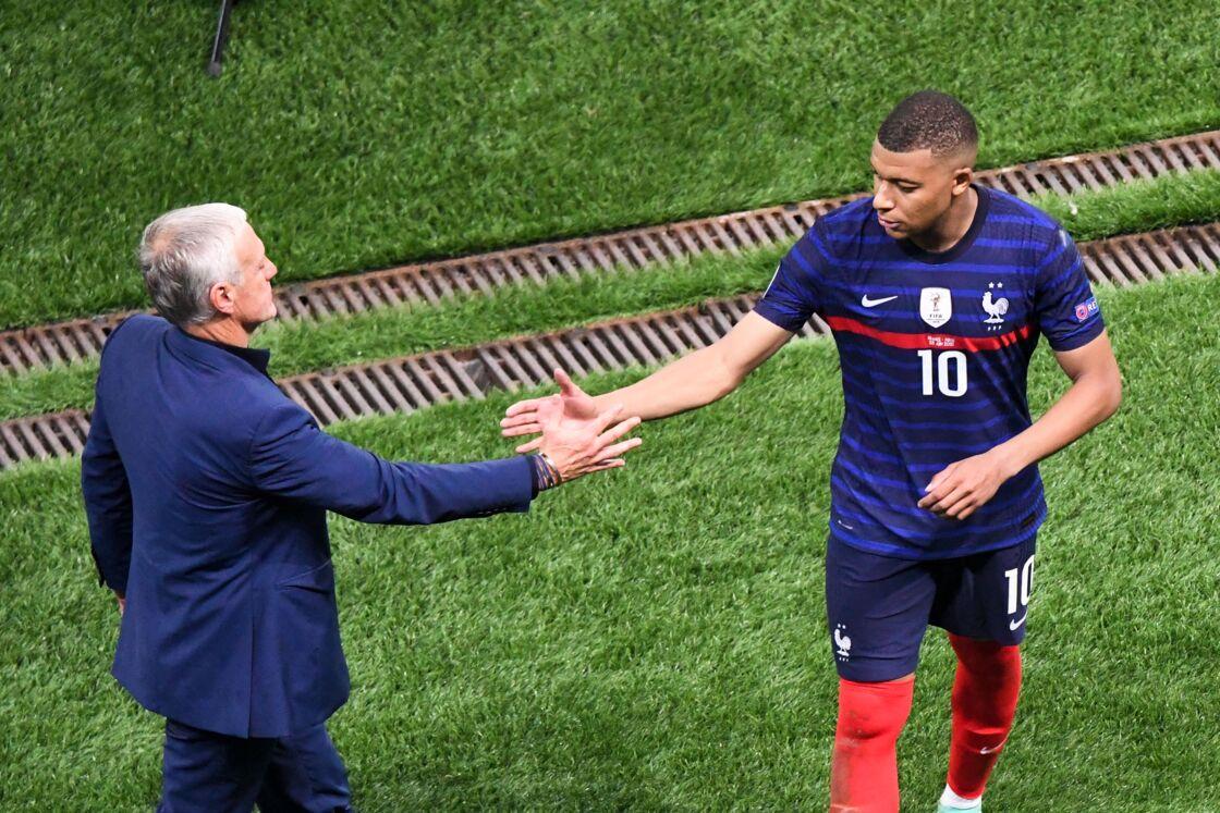 Didier Deschamps et Kylian Mbappé après la défaite des Bleus face à la Suisse en huitième de finale de l'Euro 2021, au stade Arena Nationale à Bucarest, le 28 juin 2021.