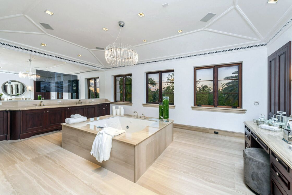 Marc Anthony avait une salle de bain qui s'apparente à un spa, avec un bain à remous carré unique au centre de la pièce.