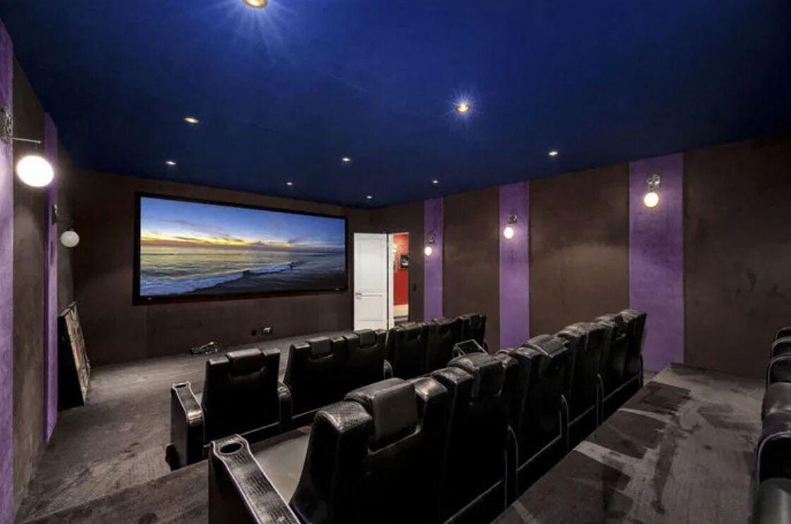 La salle de cinéma de la villa de Laeticia et Johnny Hallyday à Pacific Palisades