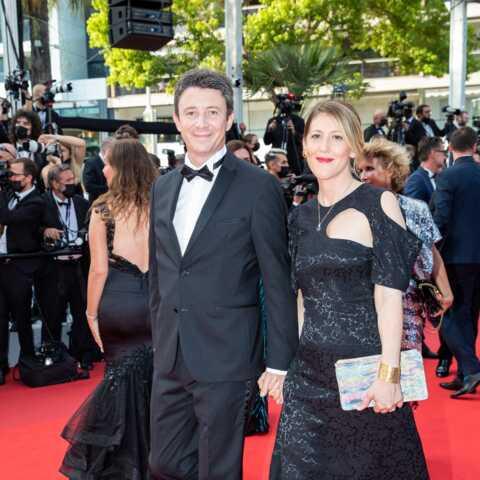 PHOTOS – Cannes 2021: Benjamin Griveaux et son épouse Julia Minkowski complices sur les marches