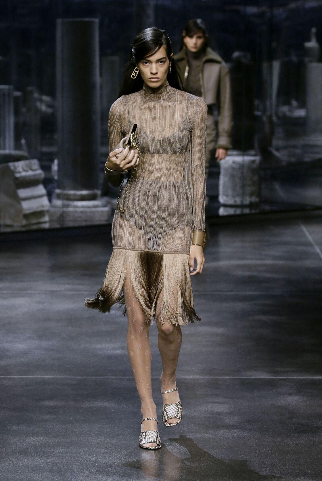 La robe à franges chez Fendi cet automne-hiver 2021/2022