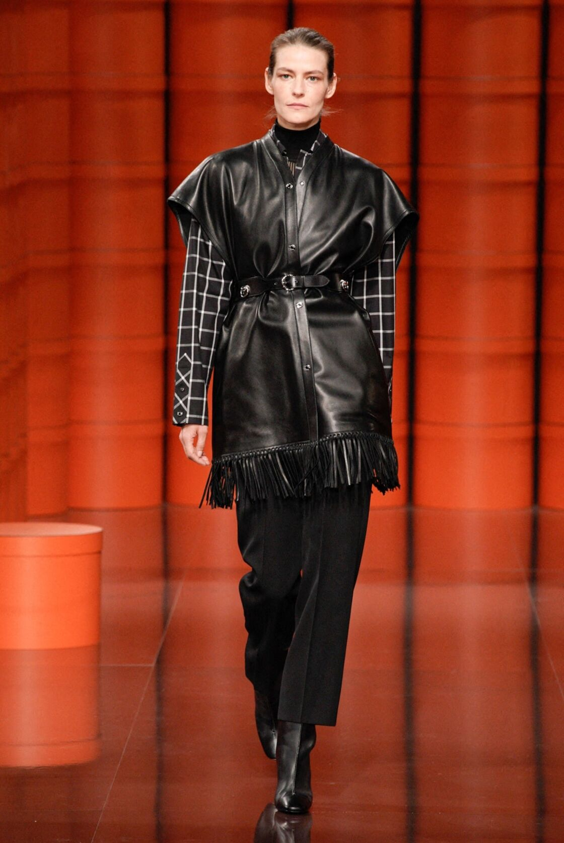 Chez Hermès le cuir s'invite sur des surchemises à franches et manches courtes pour un effet wow au bureau