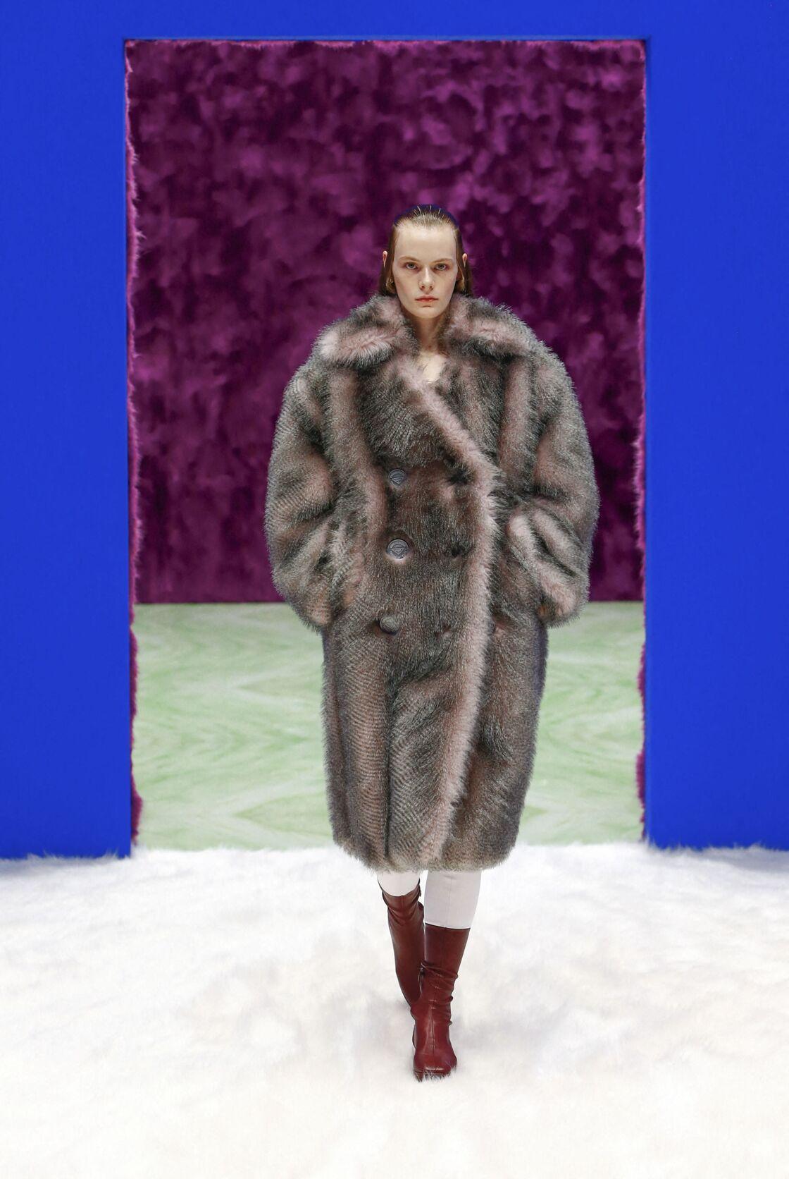 Le manteau en fausse fourrure et oversized séduit Prada cet automne-hiver 2021