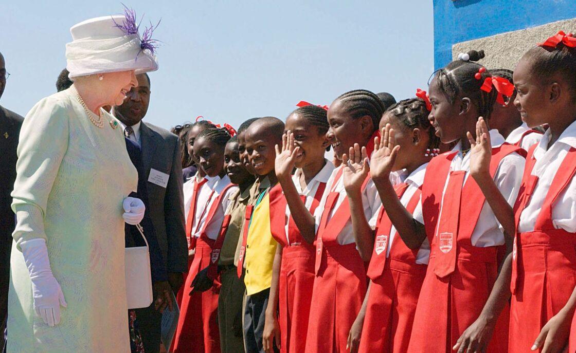 La reine Elizabeth en visite officielle à Trenchtown, en Jamaïque, le 20 février 2002.