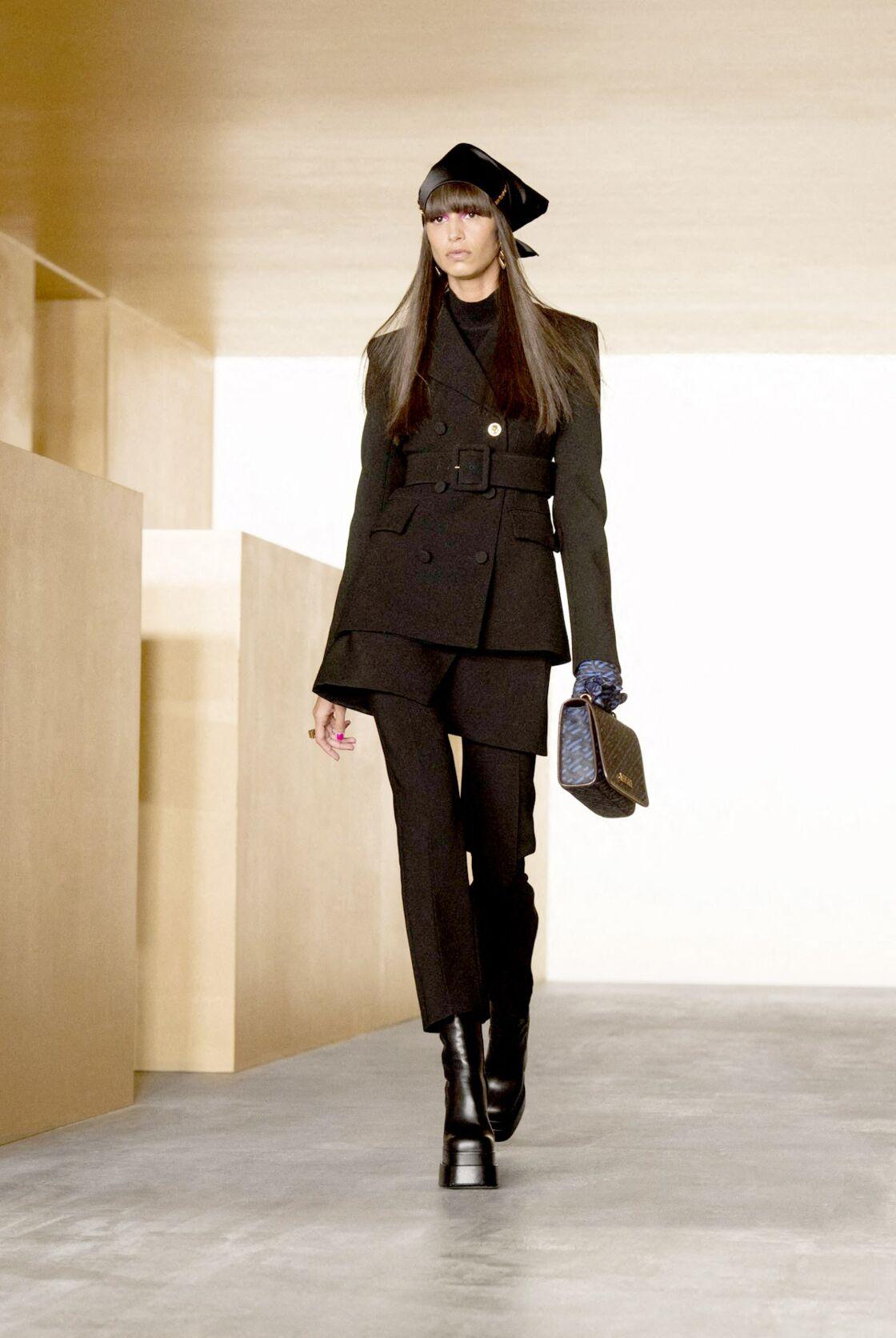 Chez Versace, les silhouettes sont cintrées, sombres et inspirées des 60's