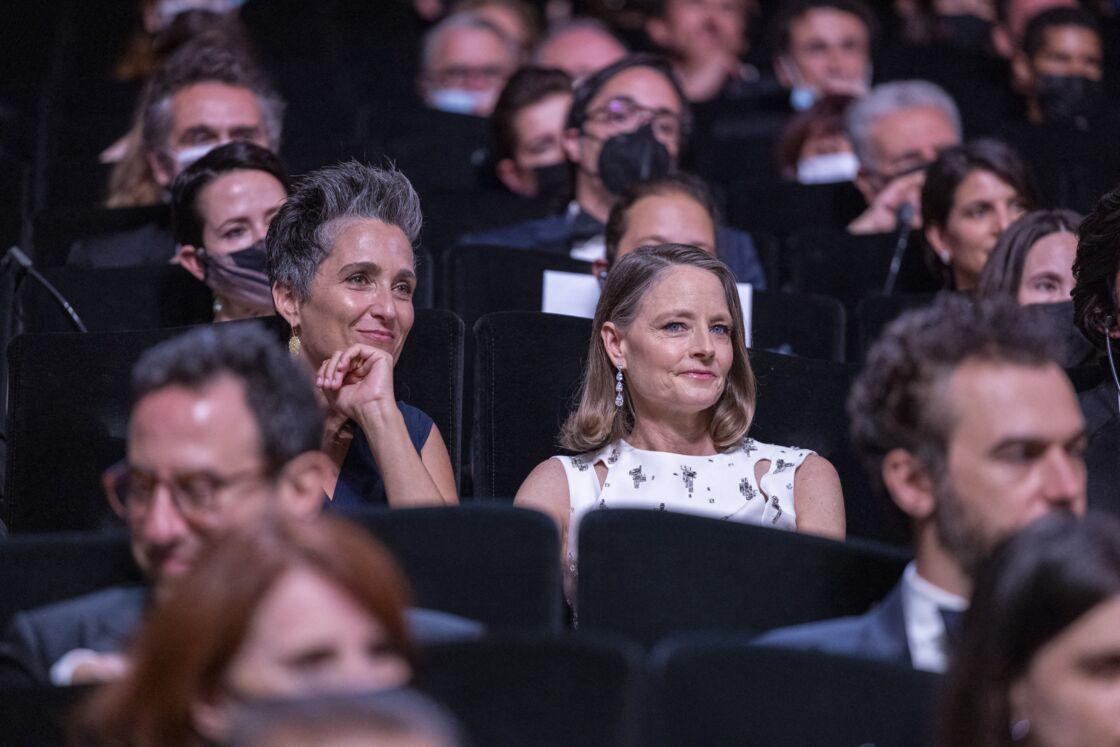 Jodie Foster et sa femme Alexandra Hedison assisent dans le Palais des Festivals lors de la cérémonie d'ouverture du 74ème Festival de Cannes. Le 6 juillet 2021
