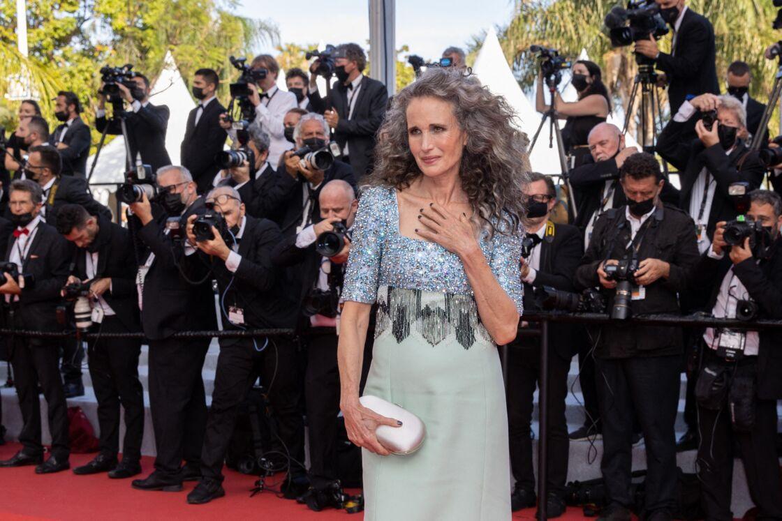 À 63 ans, Andie Macdowell assume fièrement ses cheveux gris lors de la cérémonie d'ouverture du 74ème Festival de Cannes, le mardi 6 juillet 2021.