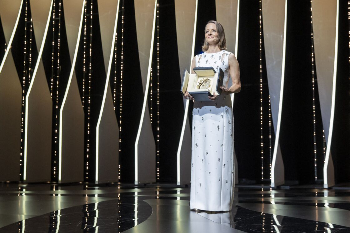 odie Foster resplendissante pour recevoir la Palme d'Or d'honneur lors de la cérémonie d'ouverture du 74ème Festival International du Film de Cannes, le 6 juillet 2021.