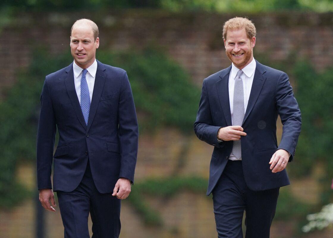 Le prince William et son frère le prince Harry, tout sourire, à l'inauguration de la statue de leur mère, Lady Diana, dans les jardins de Kensington Palace à Londres, le 1er juillet 2021