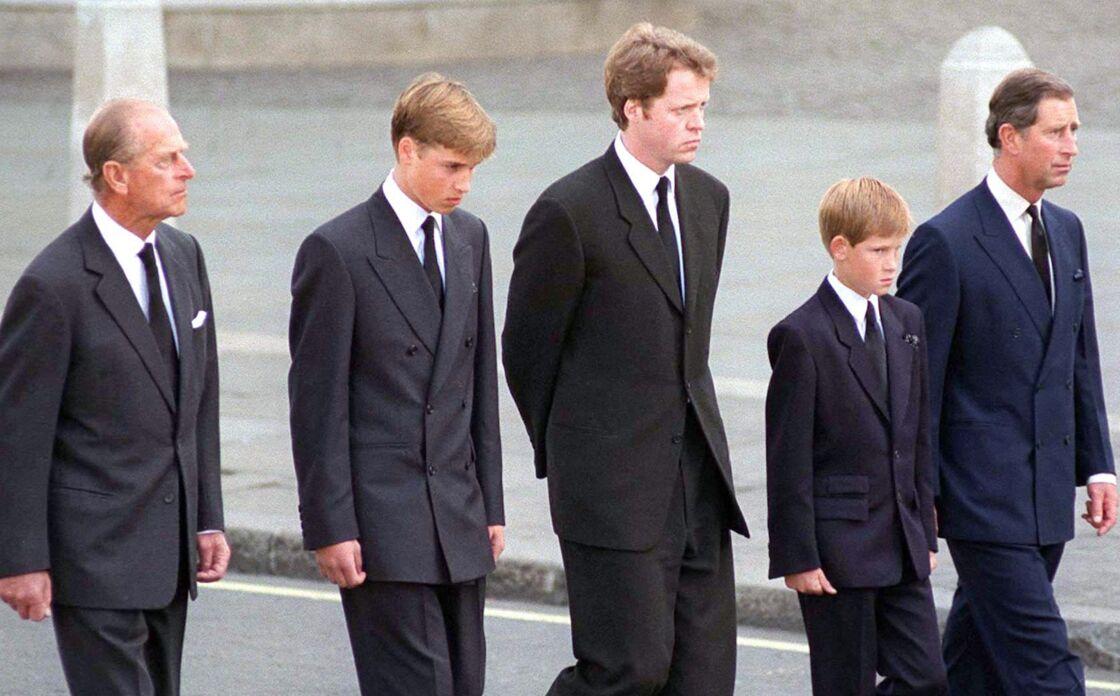 Le prince Charles, ses fils William et Harry, Earl Spencer et le prince Philip, marchant derrière le cercueil de Lady Diana dans l'abbaye de Westminster, à Londres le 6 septembre 1997.