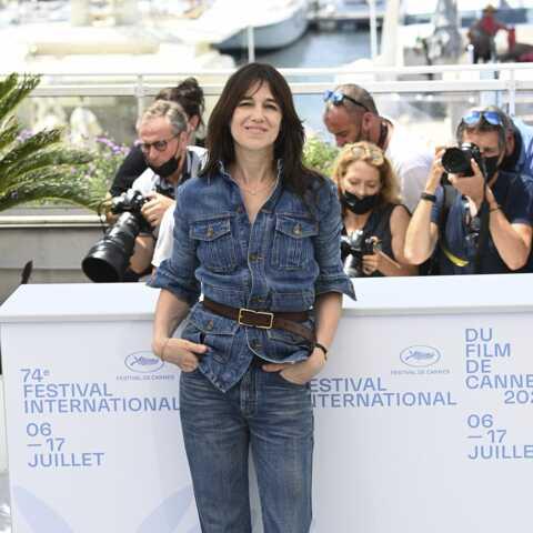 PHOTOS – Cannes 2021: Charlotte Gainsbourg chic et vintage en veste en jean Saint Laurent