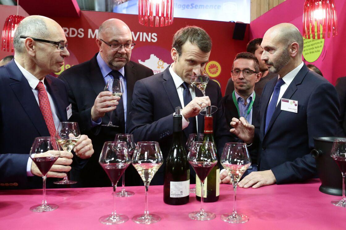 Le président de la république francaise, Emmanuel Macron accompagné de Stéphane Travert rencontre la filière des vins durant sa visite au salon de l'agriculture, Paris, France le 24 février 2018