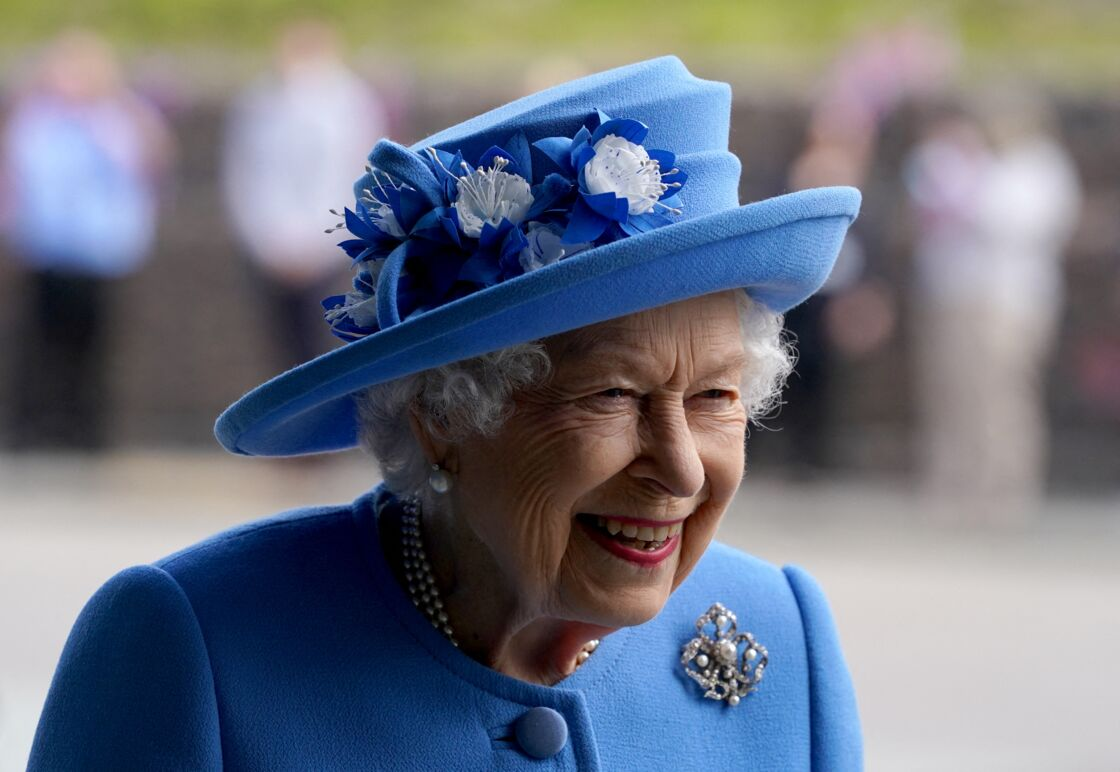 La reine Elizabeth II est très souriante lors de ses déplacements.