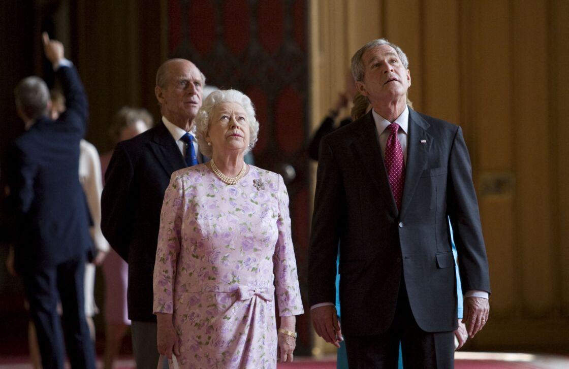 La reine Elizabeth II fait visiter le château de Windsor au président américain George W. Bush lors de sa venue officielle en Grande-Bretagne, le 15 juin 2008.