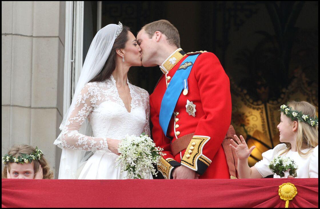 Le mariage royal du prince William et de Catherine Middleton. Après la cérémonie de mariage à l'abbaye de Westminster, les jeunes mariés, la famille et les invités sont revenus au palais de Buckingham