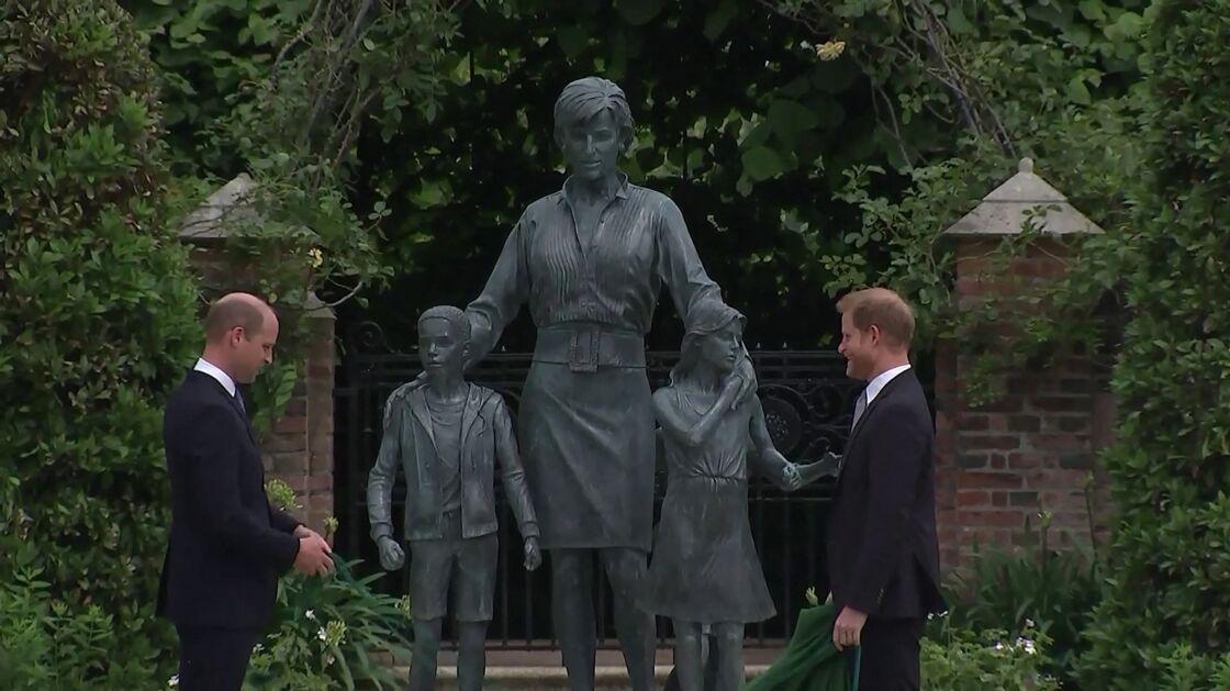 Le prince William, duc de Cambridge, et son frère Le prince Harry, duc de Sussex, se retrouvent à l'inauguration de la statue de leur mère, la princesse Diana dans les jardins de Kensington Palace à Londres le 1er juillet 2021.
