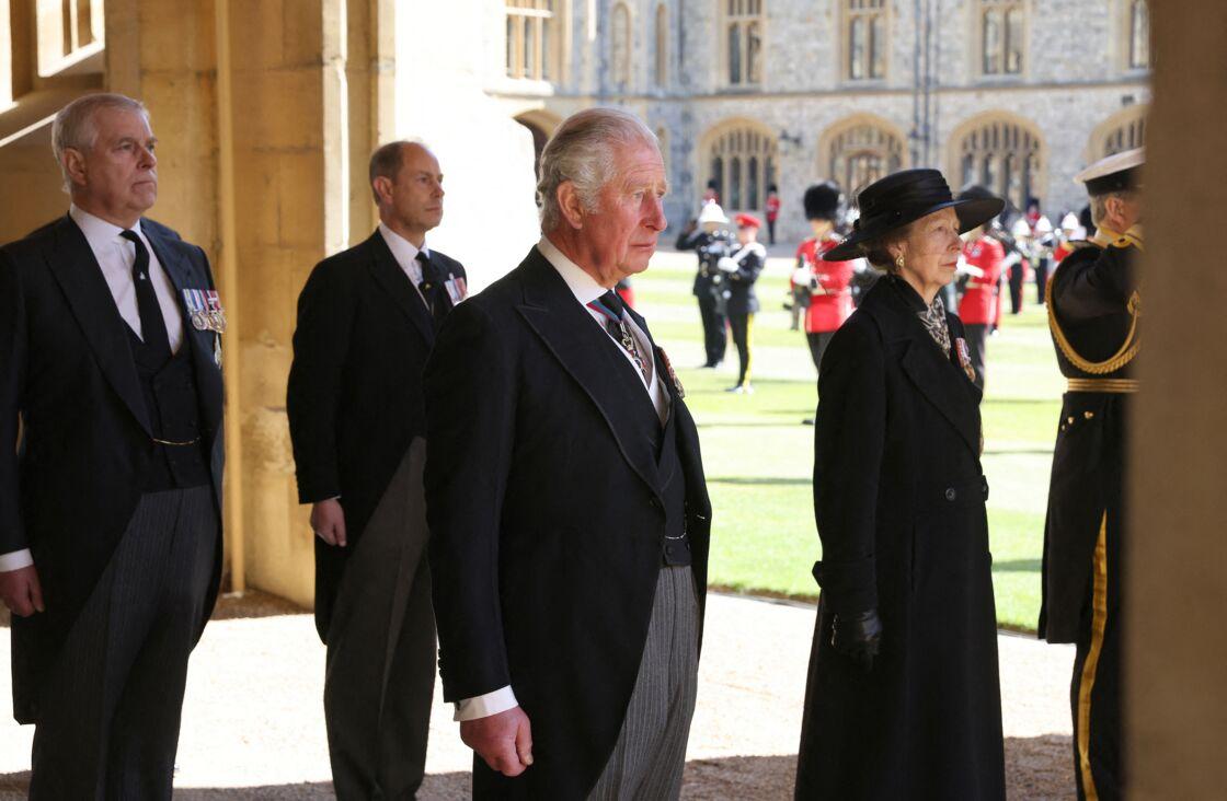 Le prince Edward (à gauche derrière) et le prince Charles (au centre), aux funérailles de leur père le prince Philip, aux côtés de la princesse Anne et du prince Andrew.