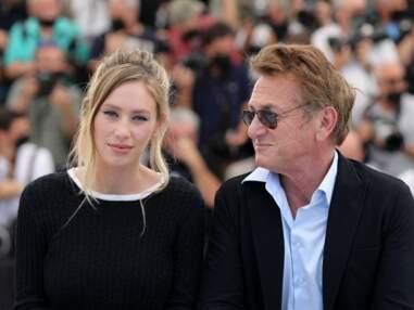 PHOTOS - Cannes 2021 : Dylan Penn rayonnante aux côtés de son père, Sean Penn