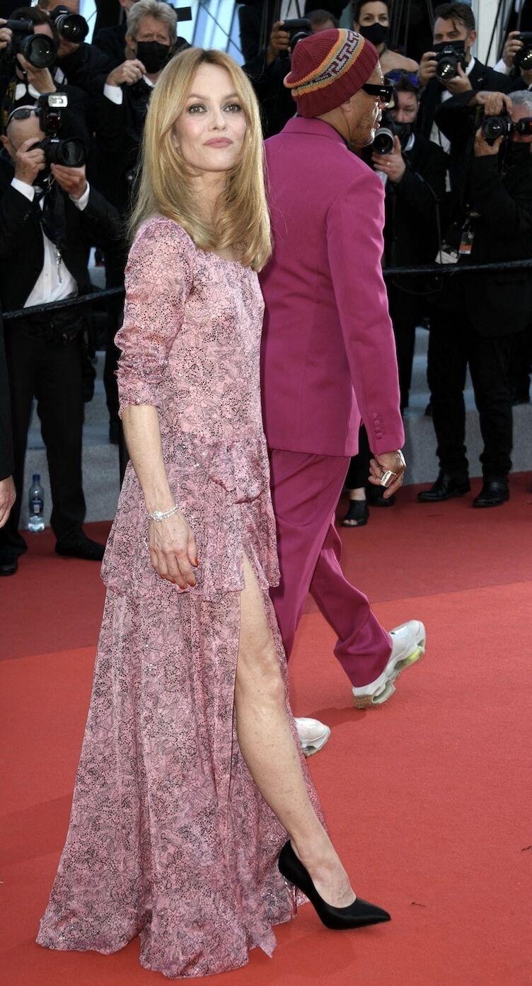 Vanessa Paradis radieuse en robe longue fendue Chanel à Cannes le 11 juillet 2021