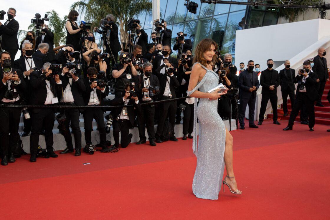 Carla Bruni-Sarkozy en robe longue fendue Celine le 6 juillet 2021 à Cannes