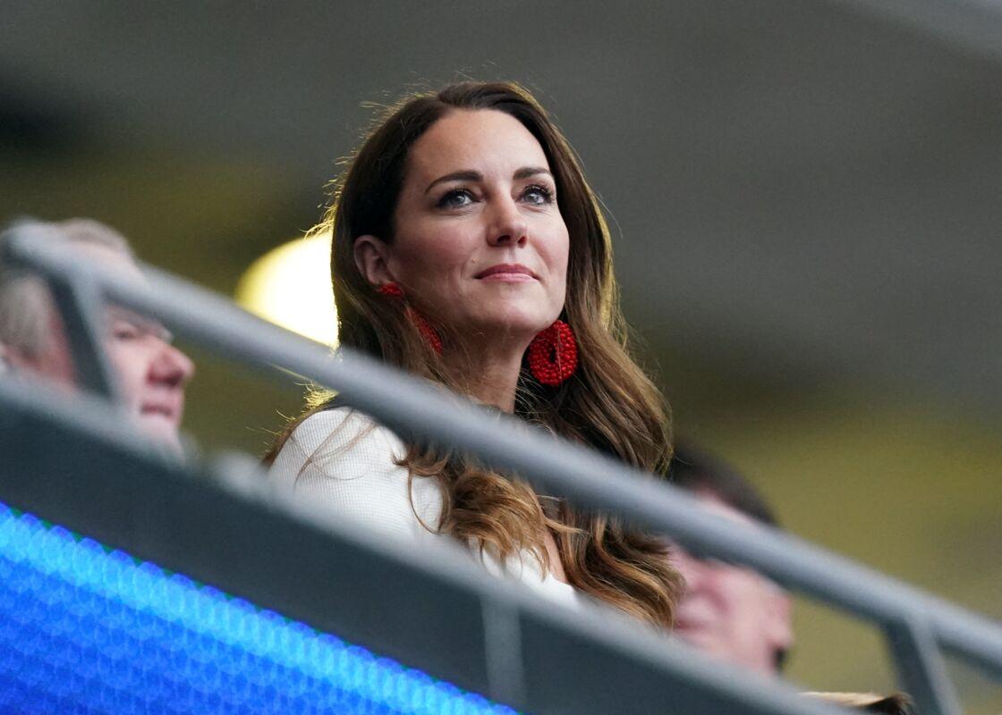 Kate Middleton à la finale de l'Euro à Wembley en boucles d'oreilles perlées rouges
