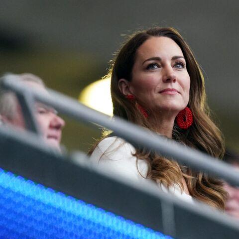 PHOTOS – Kate Middleton: on craque pour ses boucles d'oreilles perlées rouges à 80 euros