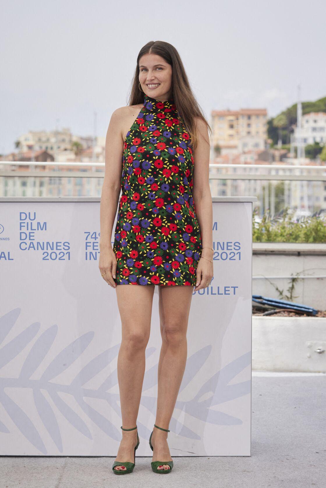 Laetitia Casta en robe courte fleurie Saint Laurent Paris le 12 juillet 2021 à Cannes