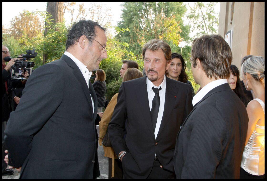 Jean Reno aux côtés de Johnny Hallyday et de son fils David pour assister à la soirée de remise des insignes d'officier dans l'ordre de la Légion d'honneur au producteur Alain Goldman, à Paris, le 22 septembre 2008.