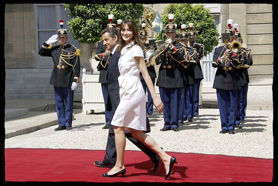 Nicolas Sarkozy et Carla Bruni-Sarkozy arrivent à la garden party de l'Elysée, en 2009