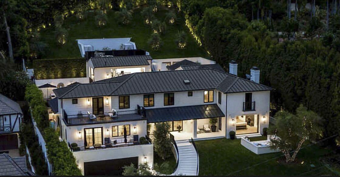 La chanteuse Rihanna vient de mettre en location sa somptueuse villa, située sur les hauteurs de Beverly Hills à Los Angeles, pour 800 000 dollars par mois