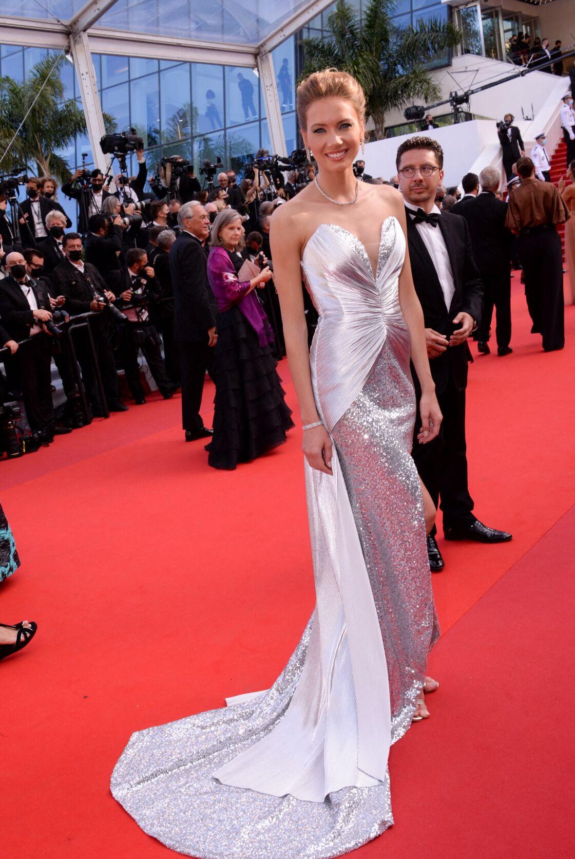 Amandine Petit, Miss France 2021, monte les marches du Festival de Cannes 2021.