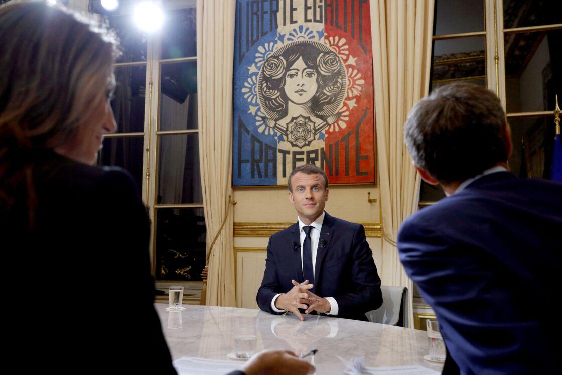 Le président de la République française Emmanuel Macron lors de son première grande interview télévisée sur de son quinquennat au palais de l'Elysée à Paris, France, le 15 octobre 2017. Le président de la République a répondu aux questions des journalistes Anne-Claire Coudray et Gilles Bouleau