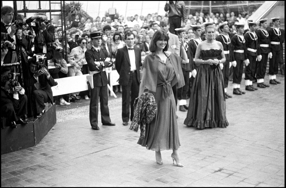 Sophie Marceau resplendissante pour sa montée des marches du Festival de Cannes en 1985.