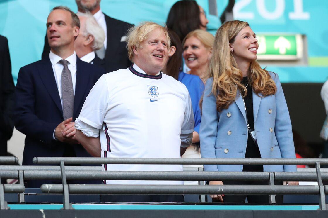 Carrie Symonds assiste à la demi-finale de l'Euro 2021 en compagnie de son époux le Premier ministre Boris Johnson, dans les tribunes de Wembley, à Londres, le 7 juillet 2021